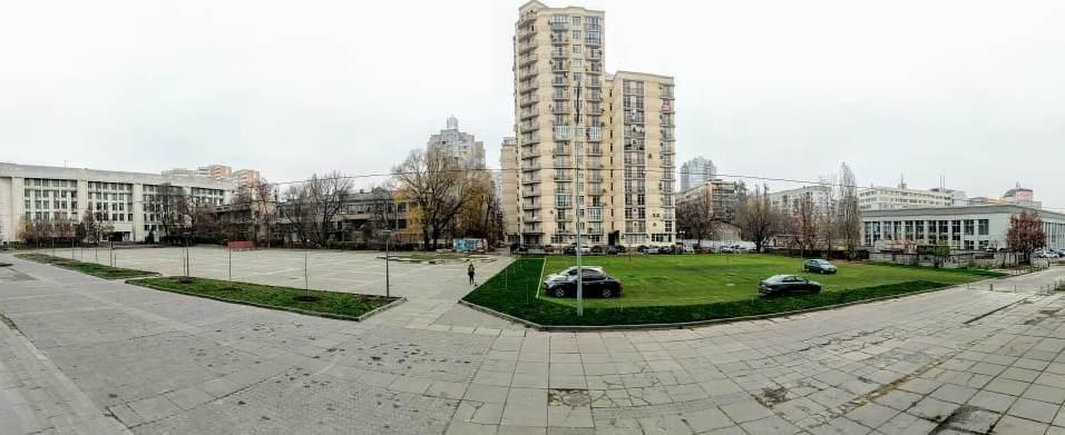З восени 2019 року поруч з площею влаштована еко парковка. Площу повернули людям.